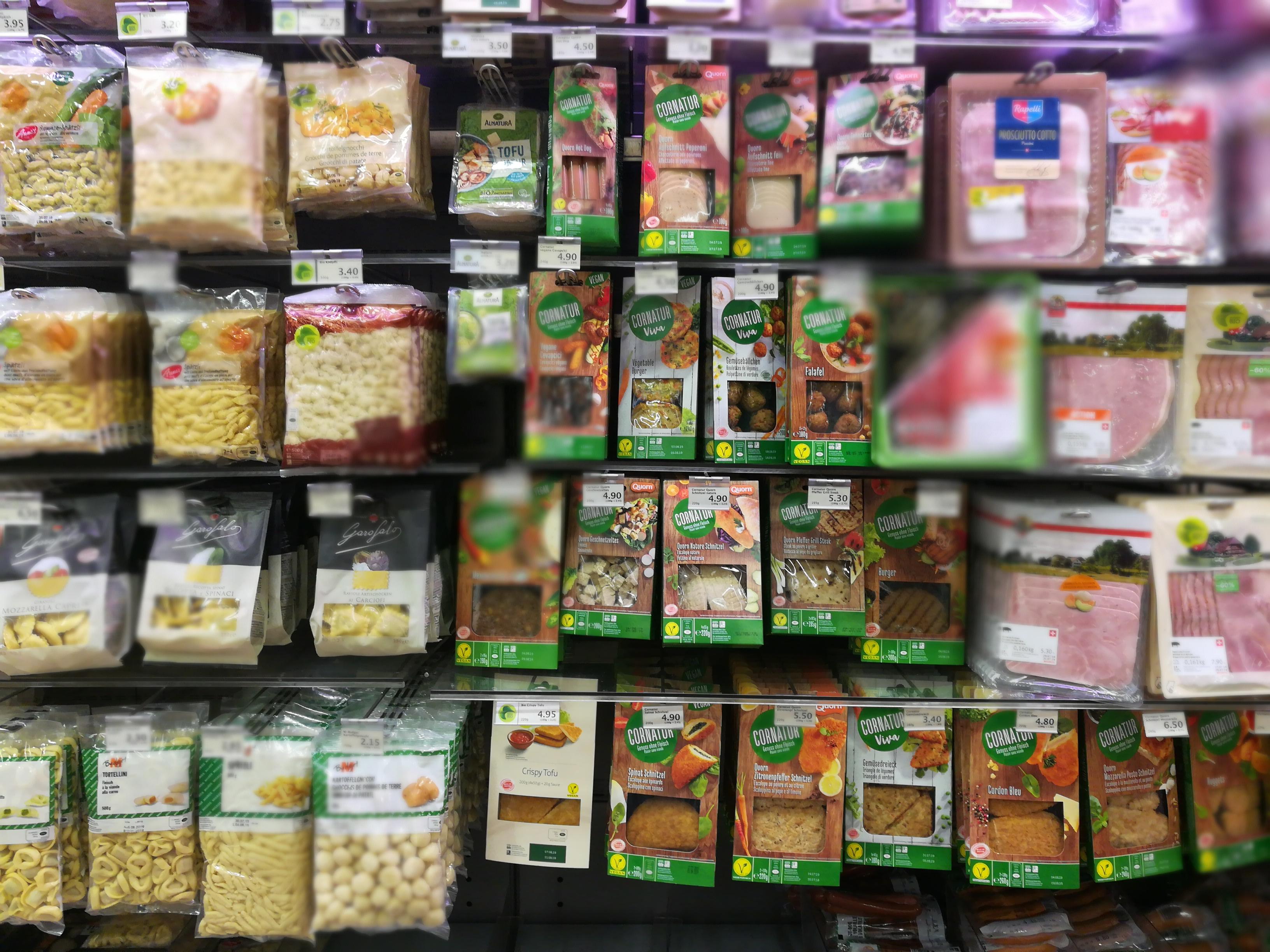 Das wachsende vegane Sortiment bei Migros und Coop