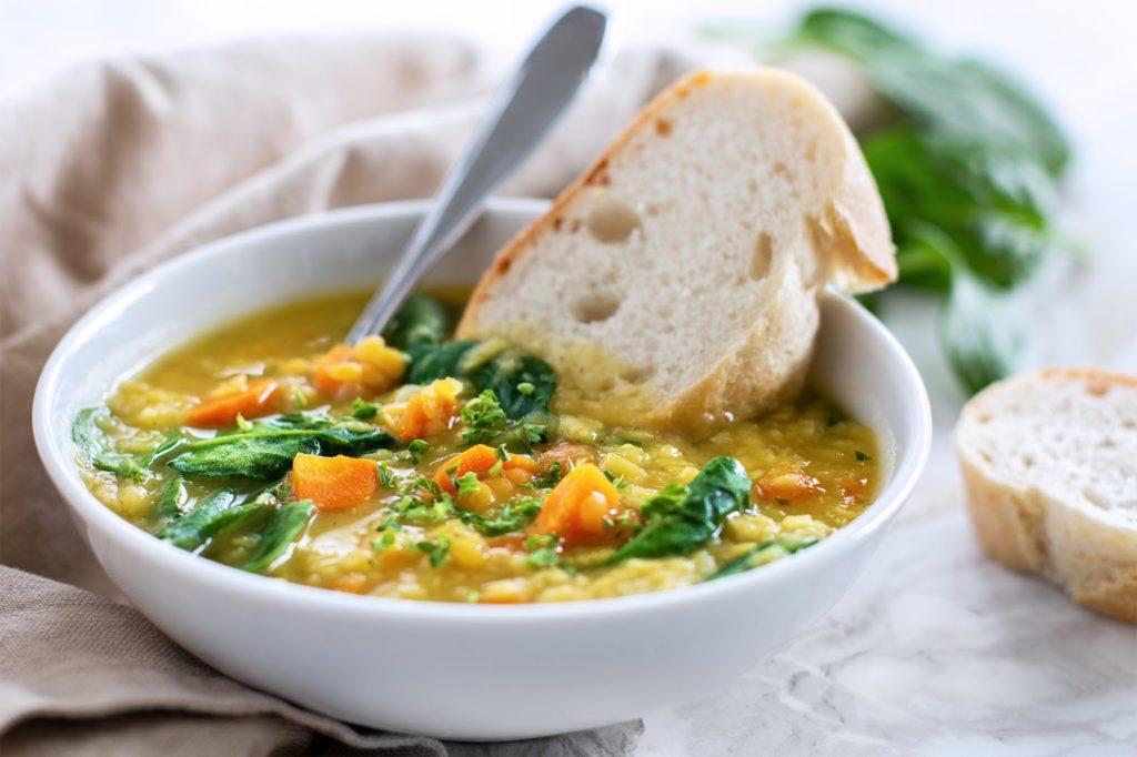 Linsen-Suppe mit Spinat